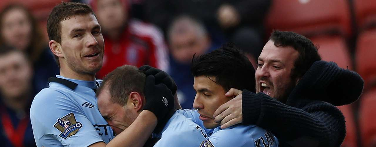 Manchester City's Pablo Zabaleta (2nd L) celebrates his goal against Stoke City with Edin Dzeko (L) Sergio Aguero (2nd R) and a fan.