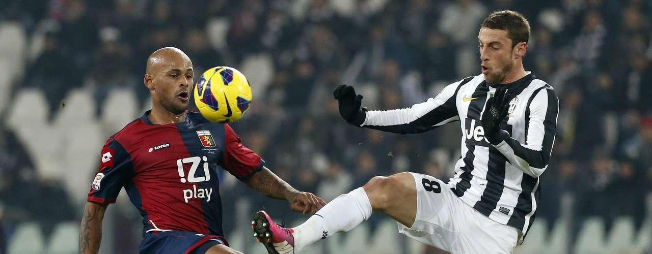 Juventus Claudio Marchisio (R) challenges Ruben Olivera of Genoa. REUTERS/Stefano Rellandini