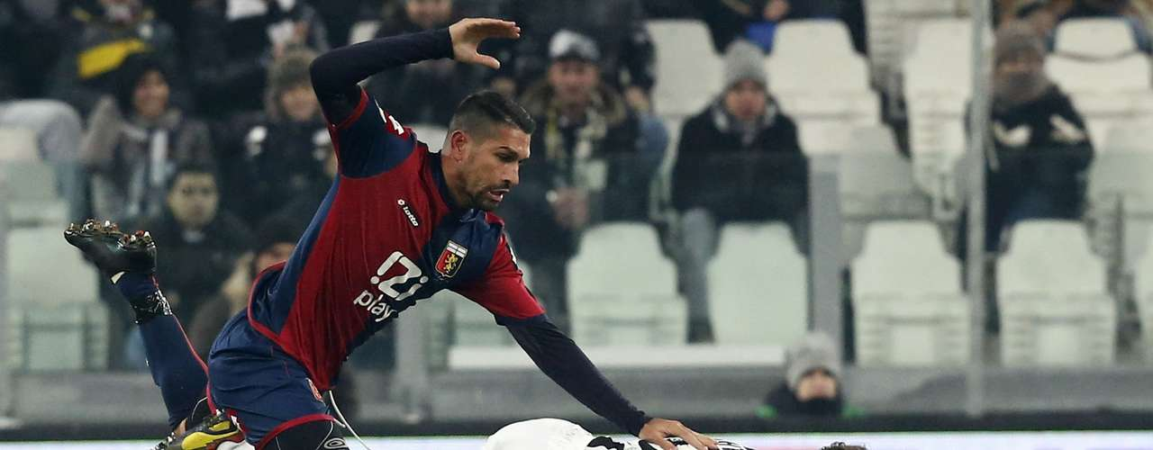 Juventus' Stephan Lichtsteiner (R) challenges Marco Borriello of Genoa. REUTERS/Stefano Rellandini