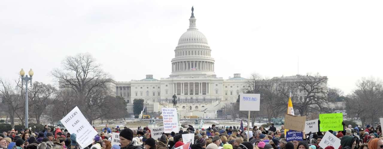 Miles de personas, muchas de las cuales portaron carteles con los nombres de víctimas de violencia con las armas de fuego, marcharon este sábado desde el Capitolio hasta el Monumento a Washington.
