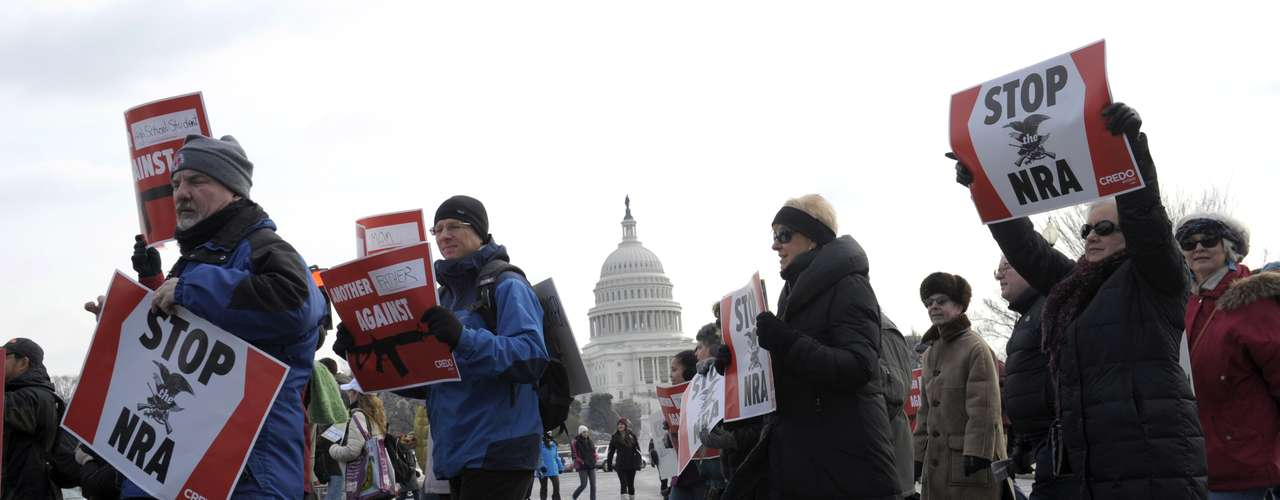 El secretario de educación Arne Duncan dijo a los manifestantes que no se trata de suprimir el derecho a las armas estipulado en la Segunda Enmienda constitucional, sino de salvar vidas. Agregó que él y el presidente Barack Obama harán todo lo posible por implementar políticas sobre control de armas. \