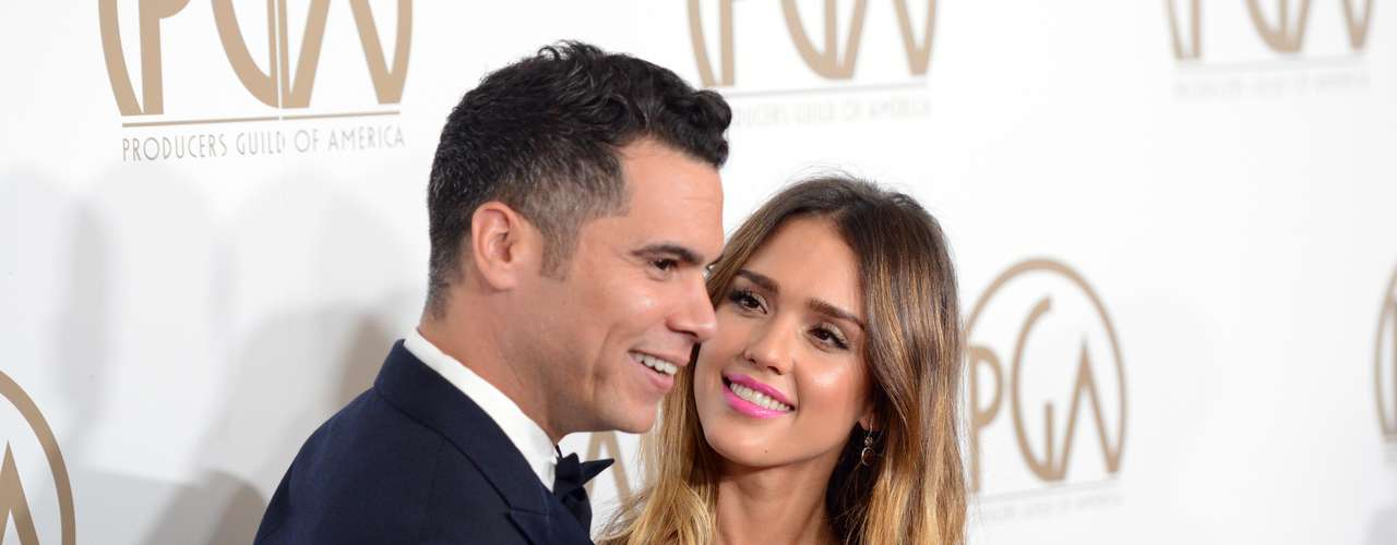 'Love is in the air'. Jessica Alba y Cash Warren derrochando amor en los PGA Awards
