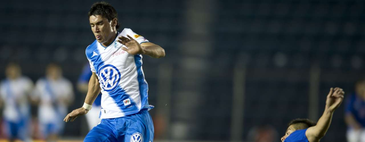 Matías Alustiza looks to create danger for Puebla.