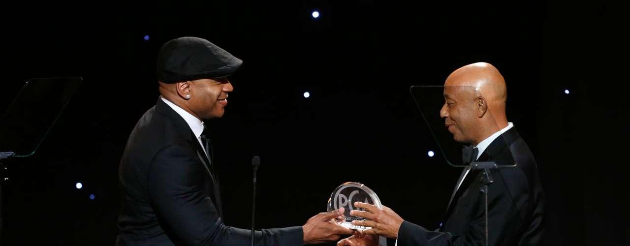 L.L Cool J entrega a Russell Simmons el 'Visionary Award'