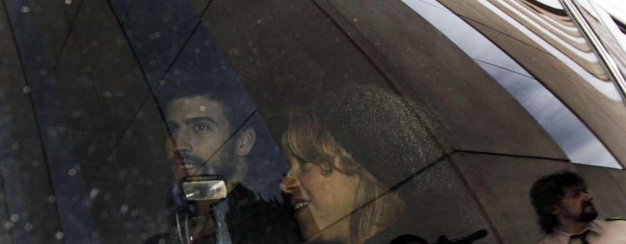 El futbolista del F.C. Barcelona Gerard Piqué junto a Shakira y su hijo Milan abandonan la clínica de Barcelona donde el pasado martes dio a luz la cantante colombiana.