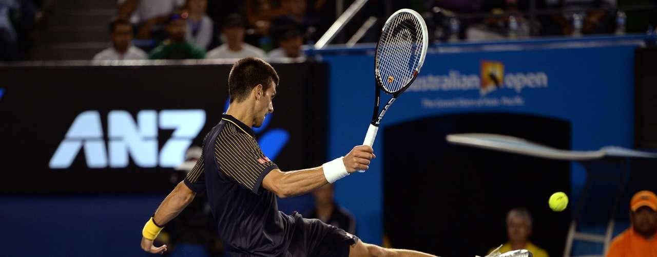 Djokovic se molestó tras una jugada y pateó la pelota.