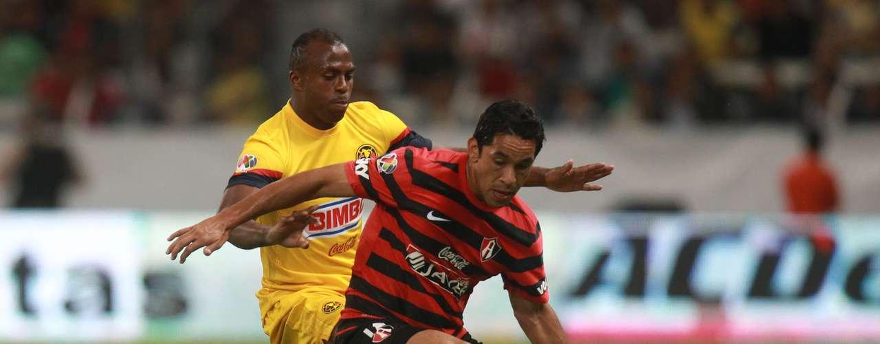 Amaury Ponce le gana un balón a Benítez. El jugador rojinegro salió de cambio al medio tiempo.