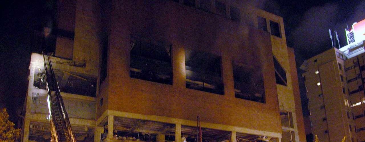 7 de febrero de 2003 - La explosión de un coche bomba mata a 35 personas e hiere a 170 en el exclusivo club social El Nogal, en Bogotá (Colombia), frecuentado por personalidades políticas y empresariales.