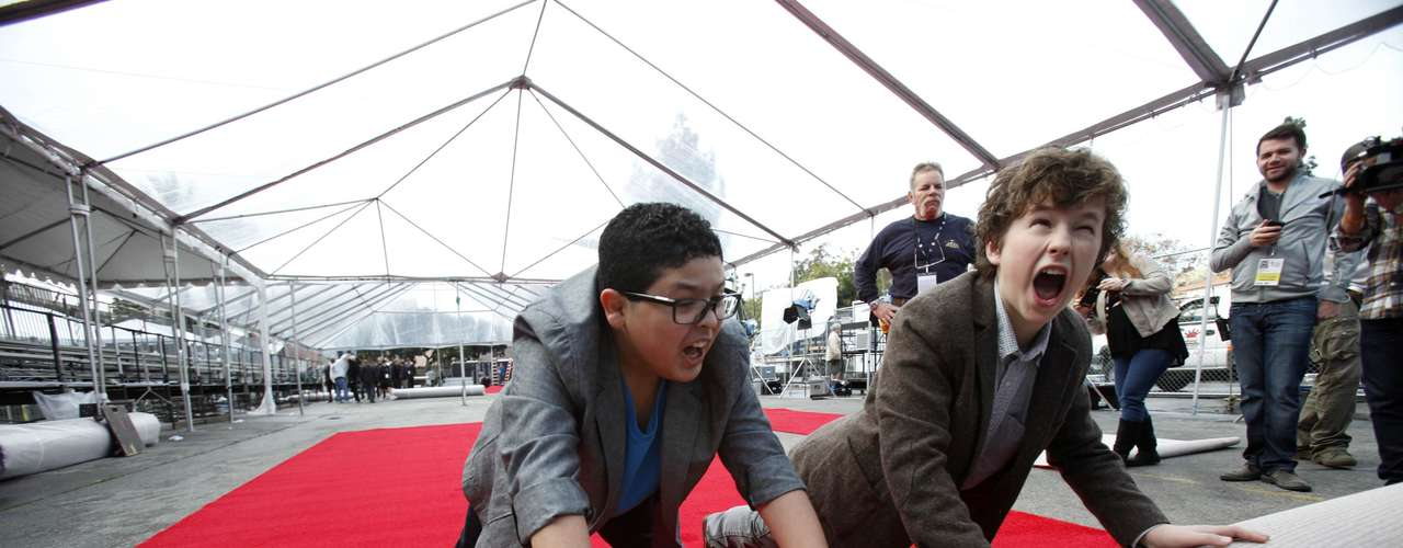 Los actores Nolan Gould y Rico Rodríguez de 'Modern Family' ayudan a desfundar la alfombra roja de la entrega 19 de los Screen Actors Guild Awards en Los Angeles