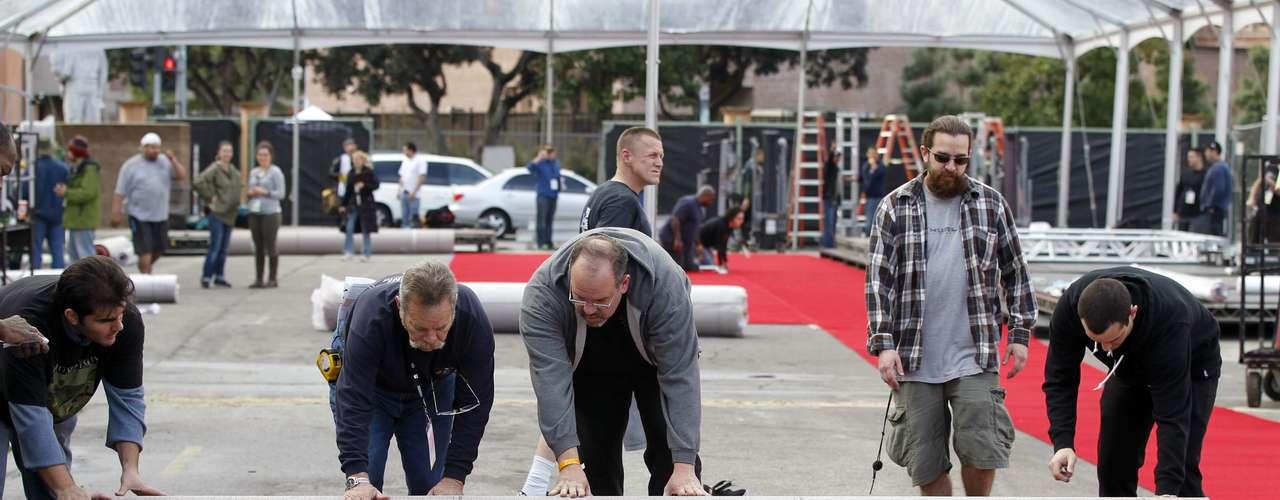 Trabajadores de Hollywood colocan la espectacular alfombra roja donde desfilarán las estrellas en los SAG Awards 2013