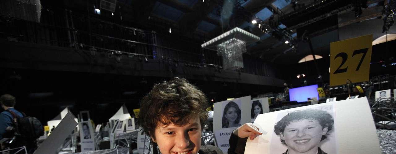 Nolan Gould posa junto a su asiento que tomará en la entrega 19 de los SAG Awards