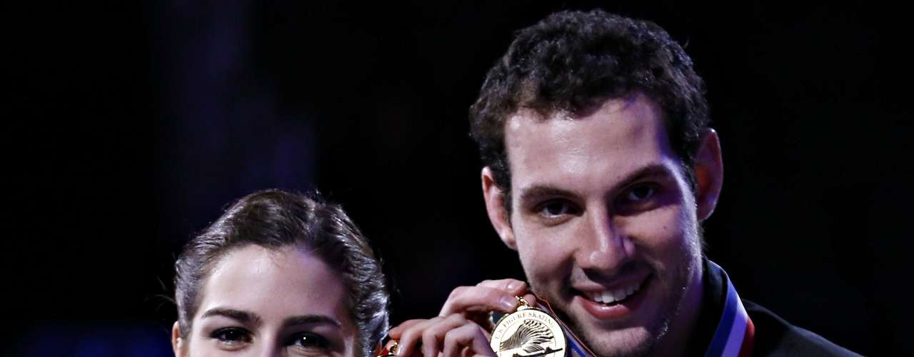 Marissa Castelli and Simon Shnapir hold their gold medals after winning the Pairs competition at the U.S. Figure Skating Championships in Omaha, Nebraska, January 26, 2013.  REUTERS/Jim Young  (UNITED STATES - Tags: SPORT FIGURE SKATING)