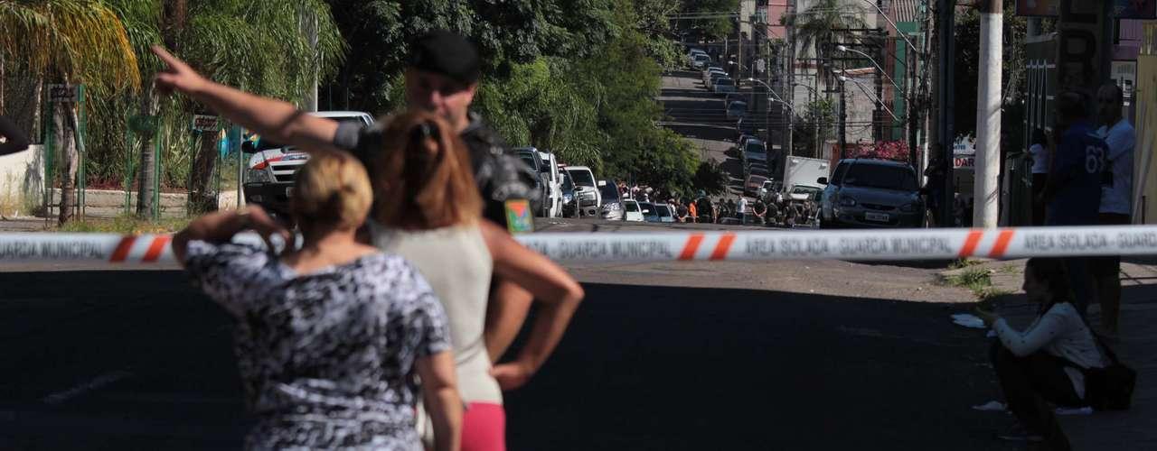 Conforme relatos, algunas personas enfrentaron a los agentes de seguridad, empujándolos y forzando la salida para poder salvarse.