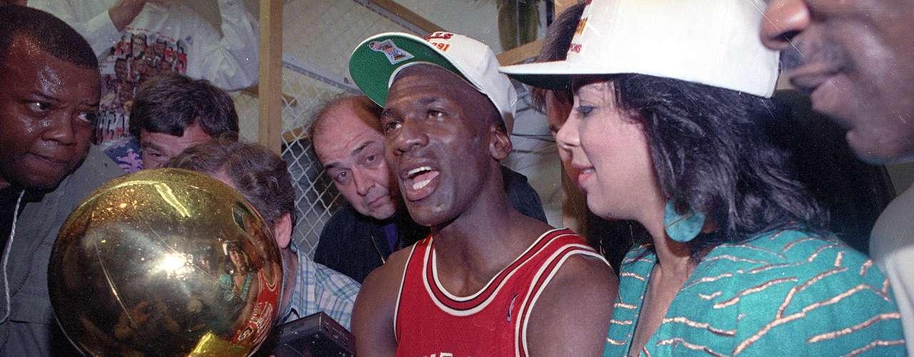 Los reconocimientos y honores individuales eran un montón, pero lo único que eludia a Jordanera un campeonato de la NBA. Después de siete temporadas frustrantes, finalmente escaló la montaña en 1991, cuando sus Bulls derrotaron a los Lakers en cinco partidos.