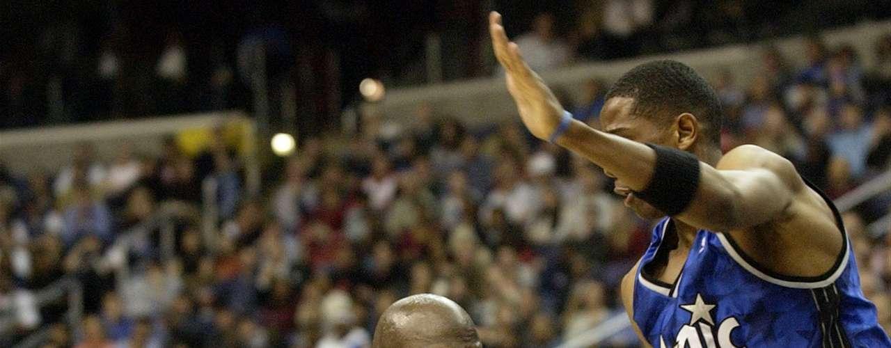 Jordan se retiró después de que el último título con los Bulls, sólo para volver en 2001 con los Wizards de Washington, donde había sido el gerente general. Jordan jugó dos últimas temporadas en Washington, terminando su carrera con seis títulos de la NBA, seis Finales de la NBA, cinco MVPs NBA premios al Jugador Más Valioso, 10 títulos de campeón anotador, 14 apariciones al All-Star Gamey dos medallas de oro. Es ampliamente considerado como el mejor jugador en la historia de la liga.