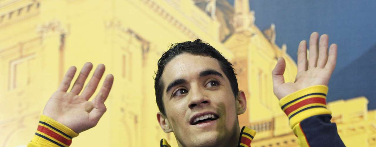 Javier Fernandez of Spain waves after his performance during the men's free skating program at the European Figure Skating Championships in Zagreb January 26, 2013.                  REUTERS/Antonio Bronic (CROATIA  - Tags: SPORT FIGURE SKATING)