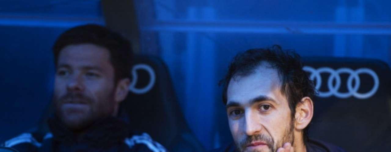 El recién aterrizado nuevo fichaje del conjunto blanco, Diego López, sentado en el banquillo.