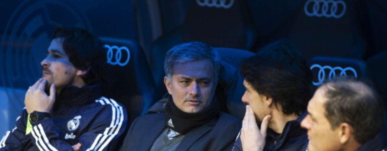 El técnico del Real Madrid, José Mourinho, conversa con su segundo, Aitor Karanka, en el banquillo.