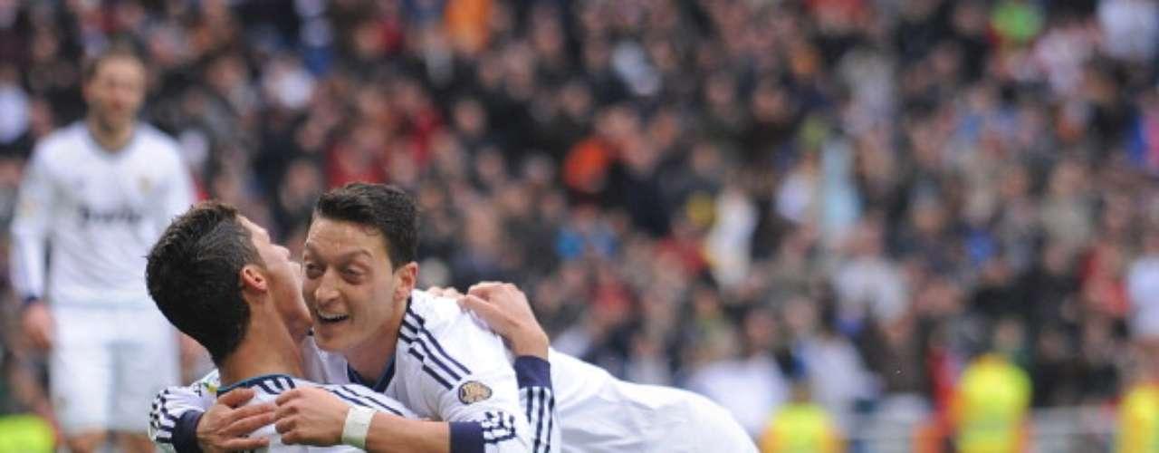 Özil abraza a Ronaldo tras anotar éste el cuarto gol del Real MAdrid.