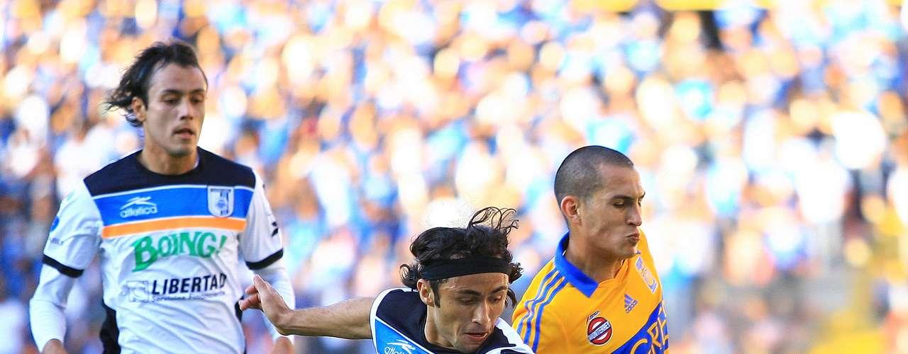 Christian Pérez (27) se vio mal en la jugada del gol de Emanuel Villa en el triunfo de Tigres 2-0 sobre Querétaro, y además tuvo varios errores menores durante todo el partido. En la primera anotación, Tito desbordó, entró al área y Pérez se barrió mucho antes y ni cerca estuvo del balón.