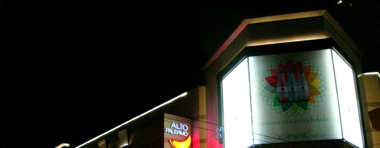 Desde su inauguración en 1990, Alto Palermo Shopping es uno de los lugares de encuentro predilectos de la mujer argentina. No solamente se ubica en uno de los barrios más hermosos de Buenos Aires, sino además cuenta con 150 tiendas de marcas exclusivas como Zara, Tommy Hilfiger, La Parfumerie, Timberland, Rouge, Mac, Gap y New Man.