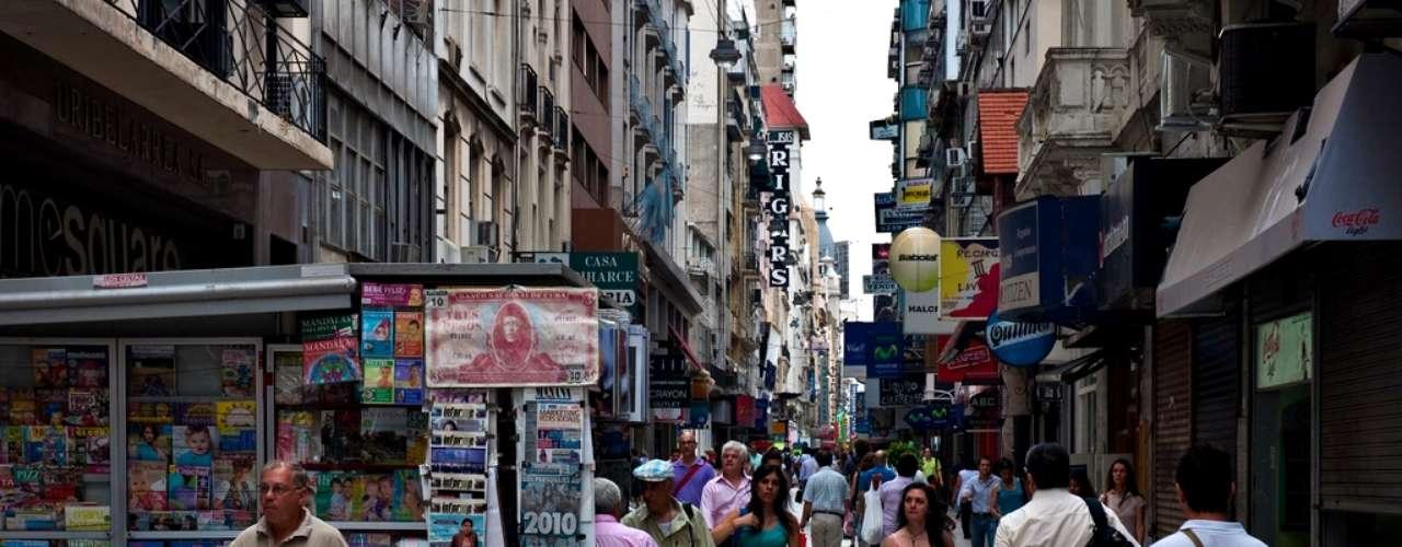 Calle Florida es una de las peatonales más transitadas de Buenos Aires, por lo que aquí encontrarás una amplia oferta comercial. Muy recomendable para comprar alfajores o suvenires de última hora que no hayas podido conseguir durante tu estadía.