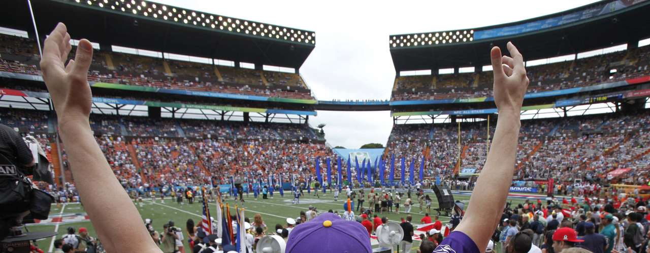 Fans cheer as players enter the field before the NFL Pro Bowl at Aloha Stadium in Honolulu, Hawaii January 27, 2013. REUTERS/Hugh Gentry (UNITED STATES - Tags: SPORT FOOTBALL)