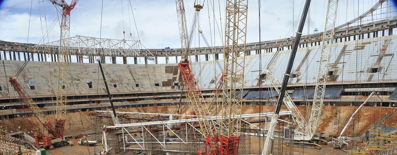 28 de enero de 2013: Con coste estimado en 750 millones de dólares, el Estadio Nacional de Brasilia (Mané Garrincha)busca estar a tiempo para recibir el juego inaugural de la Copa de las Confederaciones de 2013, el día 15 de junio, entre Brasil y Japón.