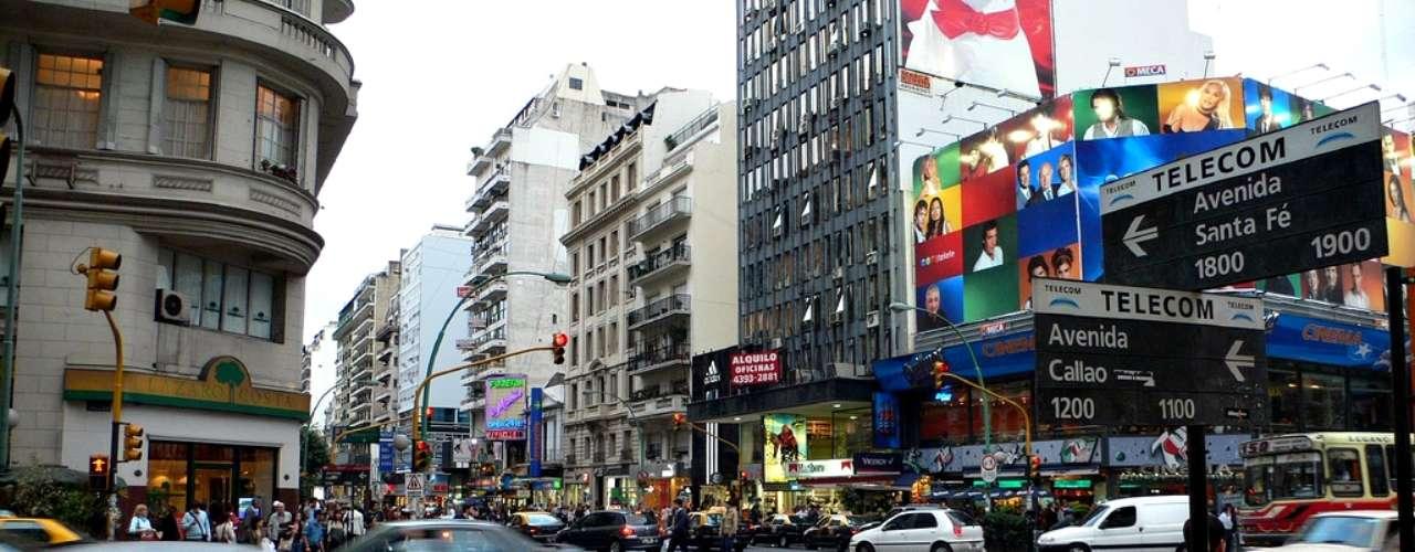 La avenida Santa Fe es una amplia calle llena de tiendas, restaurantes y cafés que vale la pena recorrer. Del cruce con la Av. Callao en adelante hay una gran variedad de locales on precios menos \