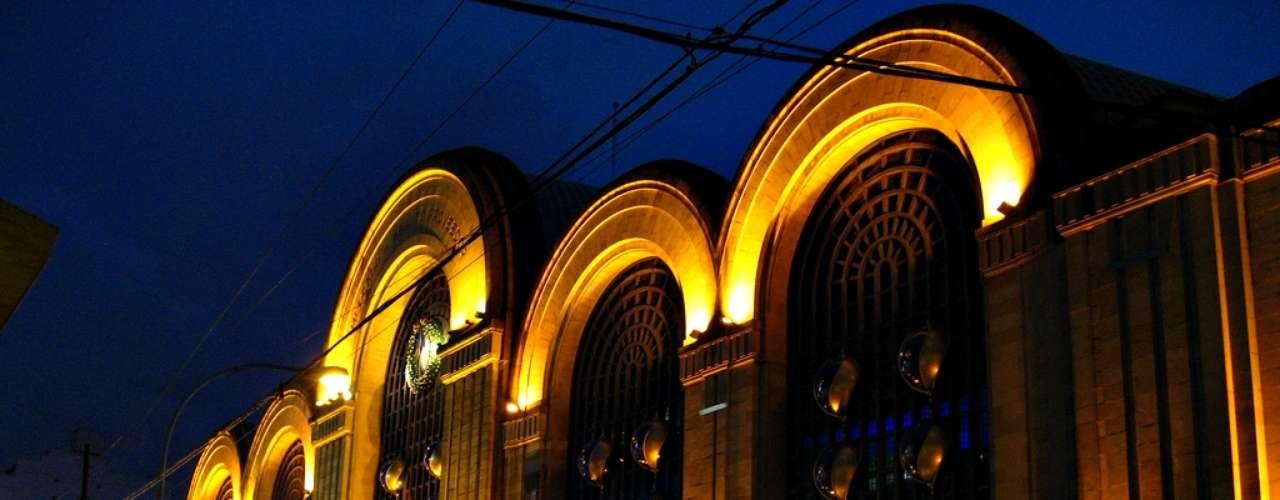 Abasto Shopping es el centro comercial más grande de Buenos Aires, con más de 230 tiendas, cines y un enorme patio de comidas. Su histórica edificación data de 1893, cuando abrió sus puertas para albergar el Mercado de Abasto Proveedor de la ciudad, hasta 1984. Tras ser remodelado, se convirtió en uno de los malls más exitosos de la capital porteña.