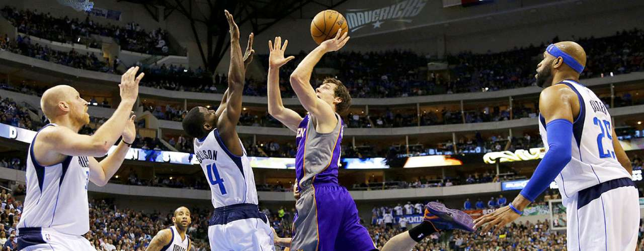 Suns vs. Mavericks: Chris Kaman, Darren Collison (4) y Vince Carter intentan bloquear el tiro de Goran Dragic (1).