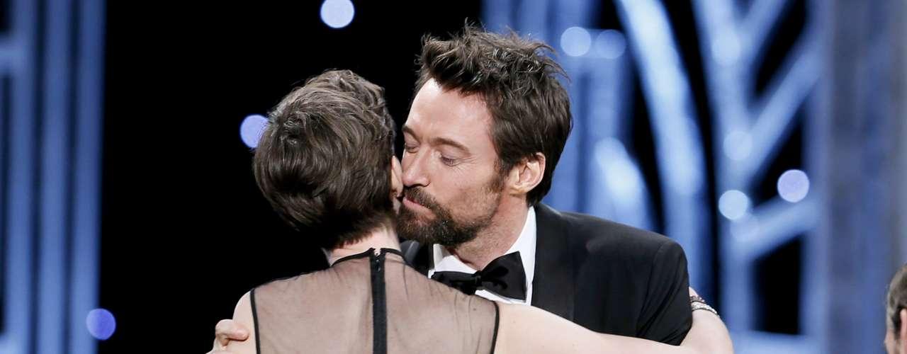 Hugh Jackman felicita a Anne Hathaway por ganar como Mejor Actriz de Reparto