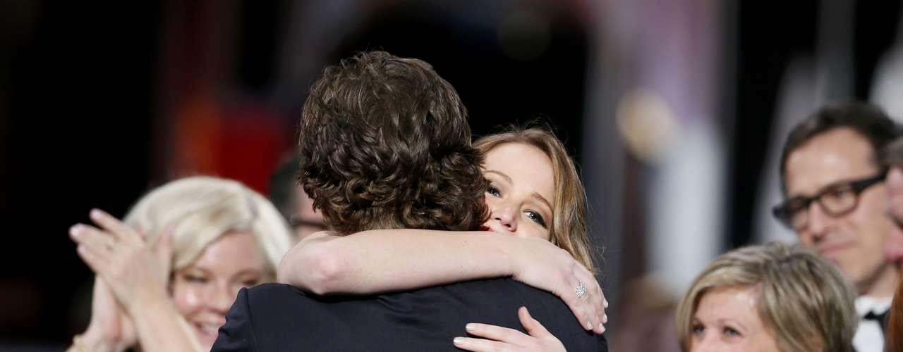 Jennifer Lawrence abraza a Bradley Cooper cuando gana como Mejor Actriz por \