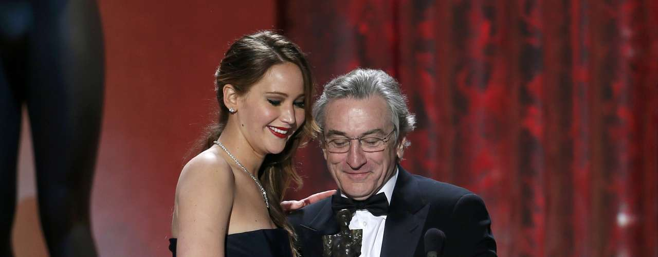 Jennifer Lawrence acepta su premio de manos de Robert De Niro