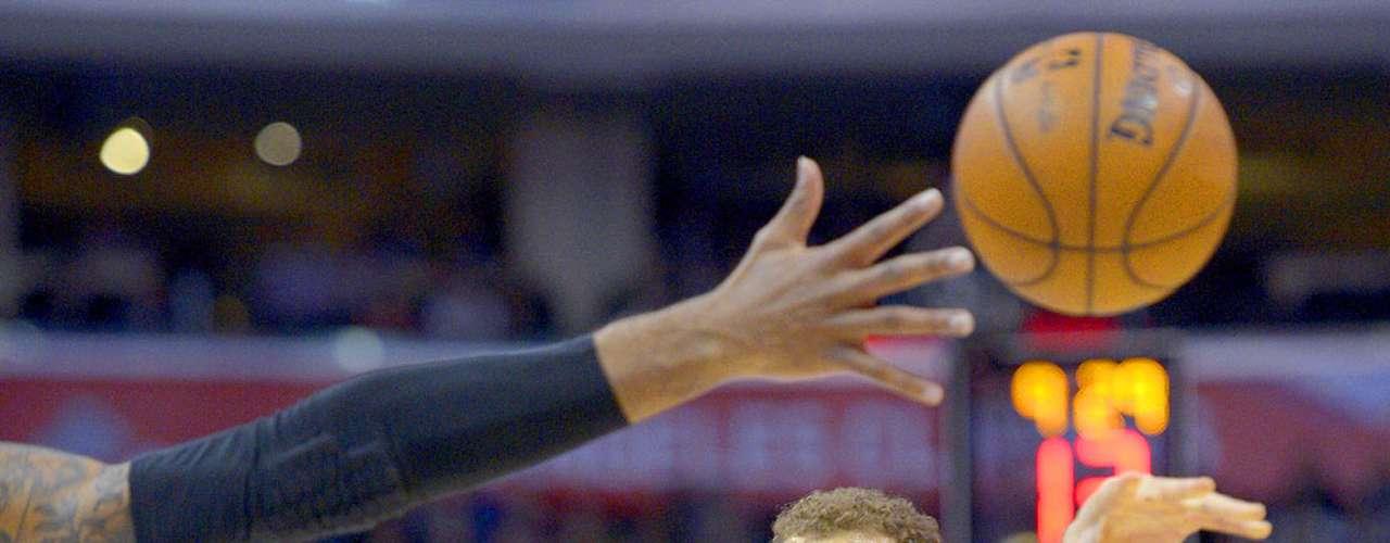 Trail Blazers vs. Clippers: Blake Griffin pasa el balón ante el esfuerzo defensivo de bloquearlo de parte deLaMarcus Aldridge.