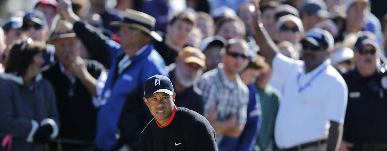 U.S. golfer Tiger Woods prepares to hit out of a sand trap on the 11th hole during final round play at the Farmers Insurance Open in San Diego, California January 28, 2013. Woods withstood a late bogey, double-bogey, par, bogey wobble in strengthening winds to clinch his 75th PGA Tour title by four shots at the fog-delayed Farmers Insurance Open on Monday.