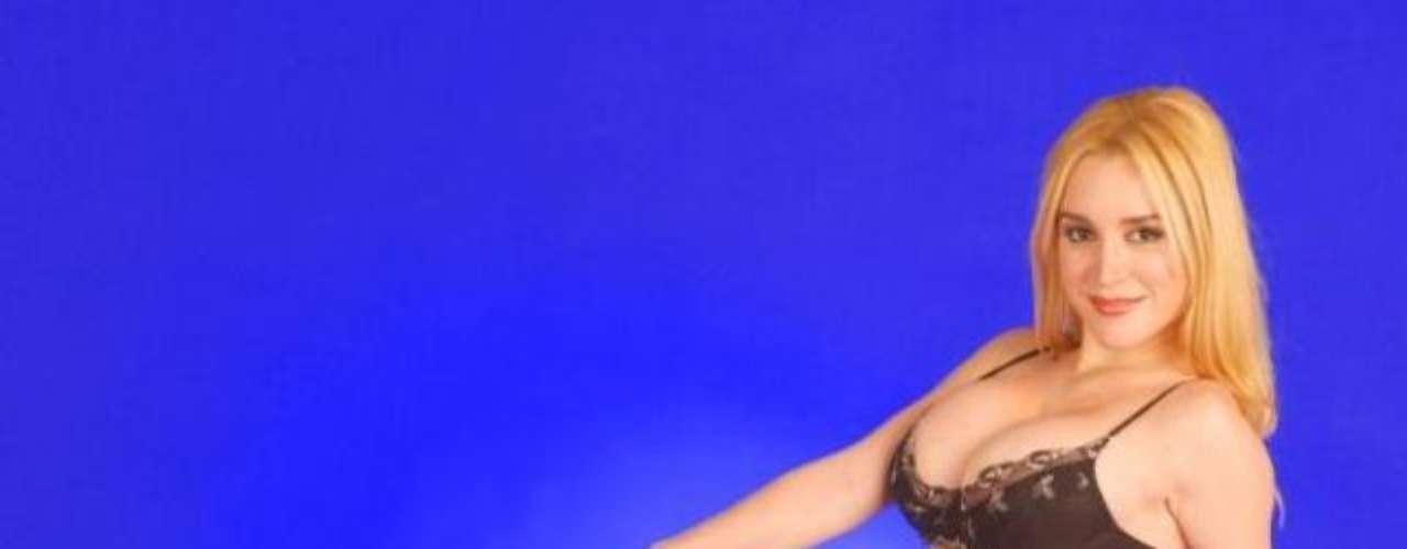 Cada vez son más las bellas mujeres famosas que sufren la filtración de videos pornos. La actriz Fátima Florez, famosa por su imitación de la presidenta Cristina Fernández en el programa de Jorge Lanata, sufrió el hackeo de un video porno amateur que había grabado con su marido, Norberto Marcos. Hubo confirmación y las noticias del video porno ya no son más chismes. La actriz que se hizo famosa con Marcelo Tinelli al imitar cantando a Nacha Guevara en Gran Cuñado y su pareja reconocieron al diario Muy la existencia del video hot íntimo, y confirmaron, como circulaba el chimento desde hace días, que se había filtrado a las redes sociales. Según creen, fueron víctimas de un robo, ya que el video íntimo, grabado por ellos mismos mientras tenían sexo, estaba en su computadora. Así la rubia se suma a la lista de famosas como Florencia Peña, Wanda Nara, Chachi Telesco, silvina Luna y la sueca Alexandra Larsson