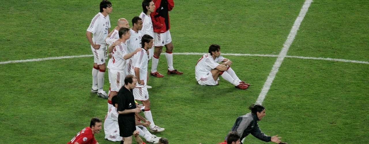 El capítulo más triste en la historia del A.C. Milan en Champions ocurrió el 2005 en Estambul cuando perdieron la Final ante Liverpool. Después de ir ganando 3-0 al medio tiempo,los rossoneros cayeron desde los once pasos (3-2)
