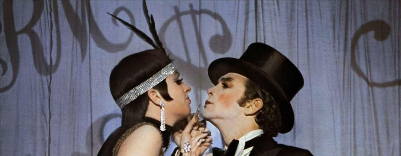 Dirigida por Bob Fosse y estrenada en 1972, 'Cabaret' se erigió como faro que apuntó a nuevas posibilidades en el género musical en el cine. Liza Minnelly y Joel Grey tratan de mantener la alegría de la Alemania anterior a la subida al poder de los Nazis, en este musical cargado de drama y humor.