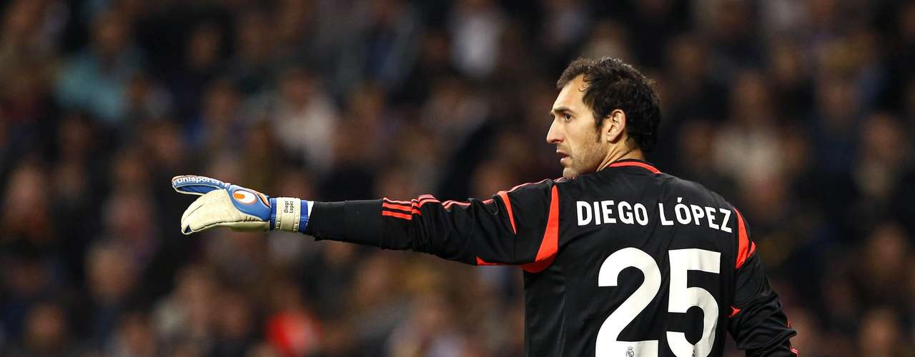 Goalkeeper Diego López joined Real Madrdi from Sevilla to replace Iker Casillas who will be out from 2 to 3 months.