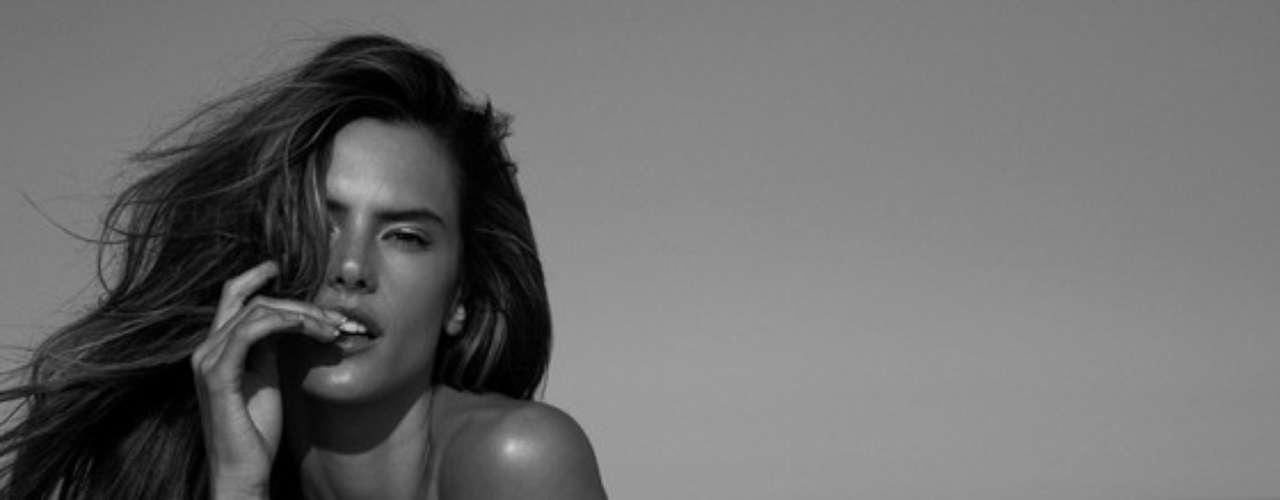 Alessandra Ambrosio. 6.6 millones de dólares anuales han permitido a Alessandra Ambrosio llevar una vida sin preocupaciones. La brasileña se ha quitado la ropa para algunas publicaciones como Made in Brazil.