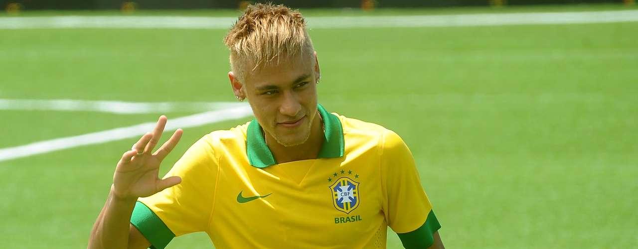 Neymar posa para las decemas de fotógrafos que buscaron una imagen del astro del Santos.