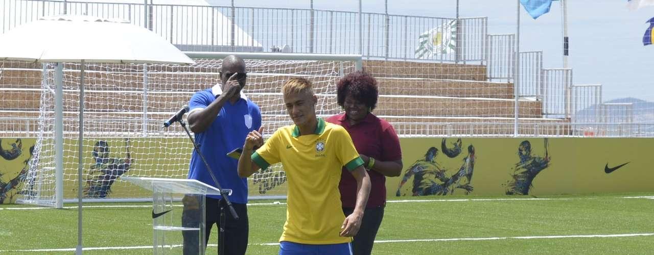 Neymar salió del lugar sin hablar con la prensa y sólo participó del evento para mostrar el nuevo uniforme.