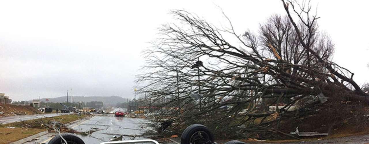 Montones de escombros y cables eléctricos caídos bloqueaban las calzadas en Indiana, incluyendo autopistas.