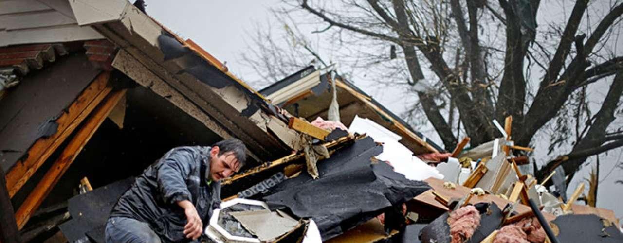 Se reportaron cortes de energía y viviendas dañadas en al menos 10 condados en Misisipi, mayormente en la parte norte del estado.