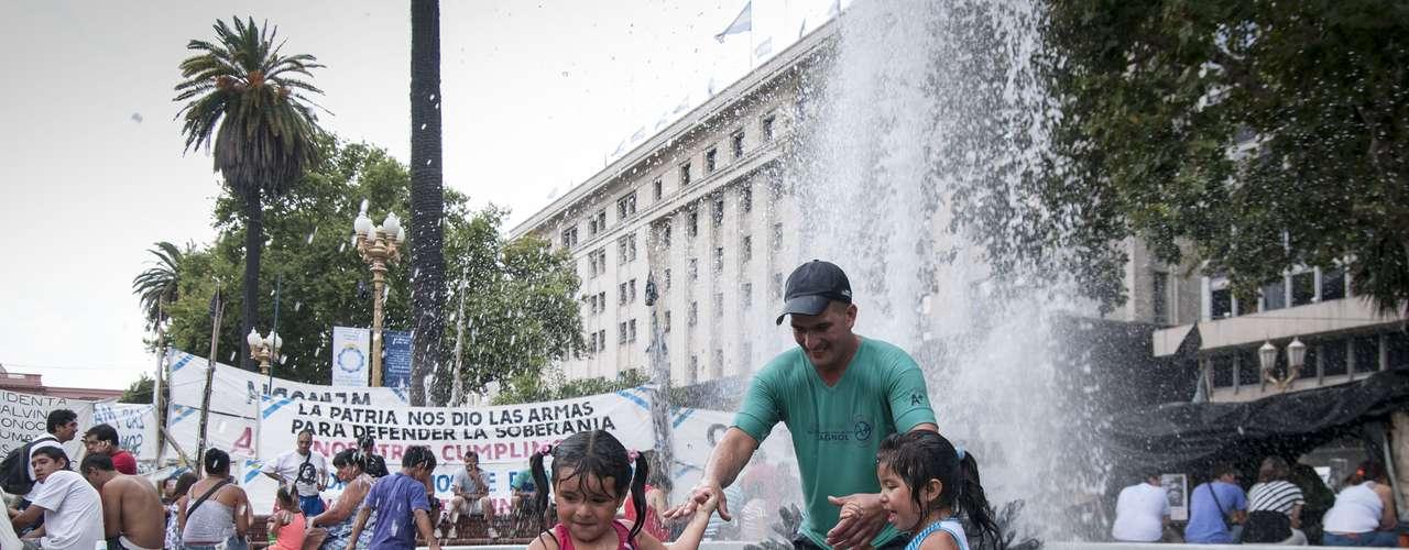 A pesar de las altas temperaturas, la gente comenzó a llegar a la Plaza cerca de las 16.