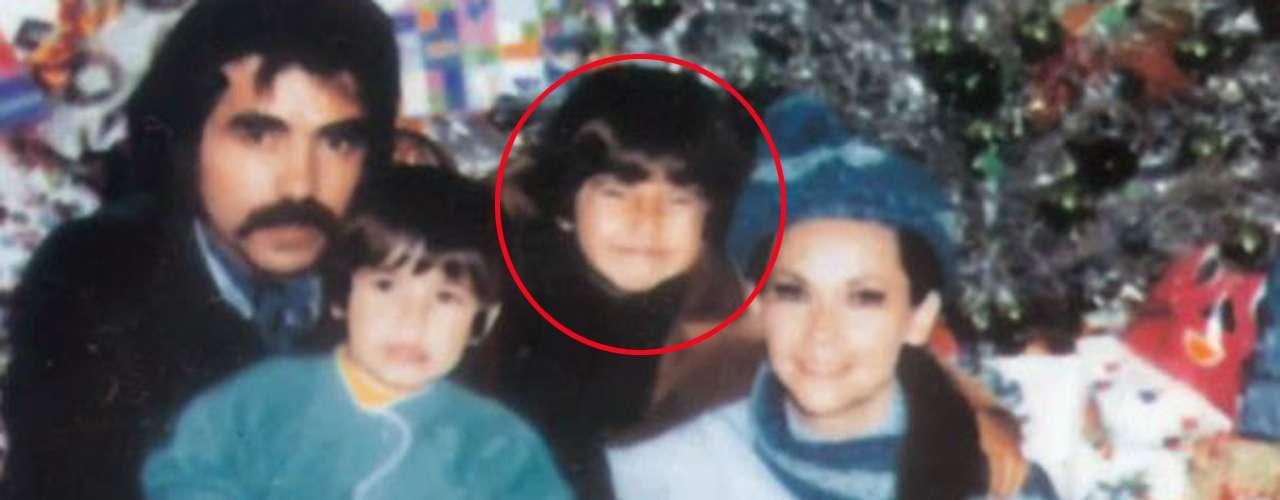 Desde pequeño 'El Negro Araiza' (círculo) pintaba para ser tremendo. Aquí con sus padres, Raúl Araiza y Norma Herrera, y su hermano Armando en plena Navidad.