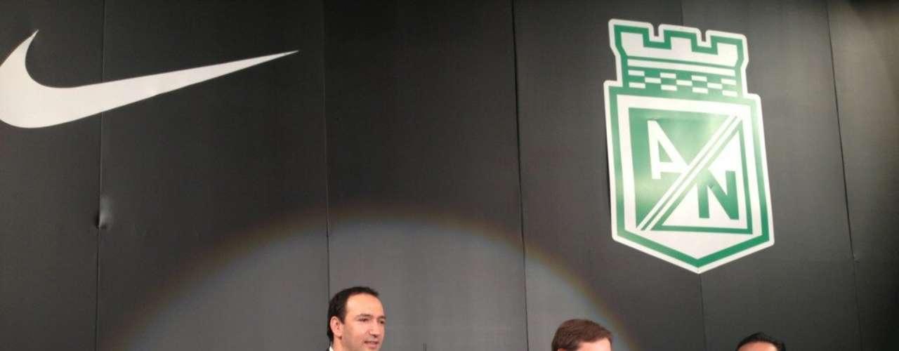 Juan Carlos De la Cuesta, presidente de Atlético Nacional, y Andrés Sabarots, gerente general de Nike,hacen la presentación oficial de la camiseta verdolaga.