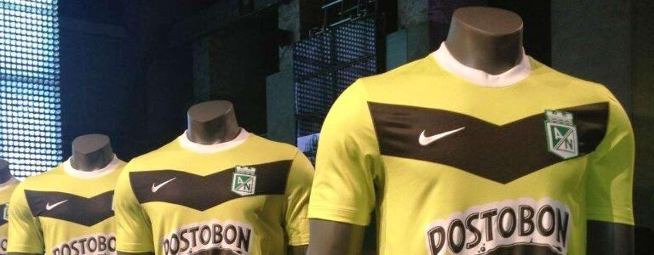 Segundo uniforme de competencia de Atlético Nacional. El color poco habitual y la franja otra novedad que tiene la camiseta alternativa de Nacional para este 2013.