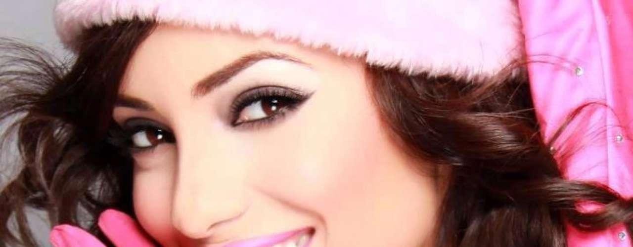 Esta sensual castaña de 22 años de edad busca lograr la sexta corona universal de la belleza para su país, conocido como el país de las mujeres mas bellas de el mundo.
